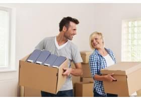 幸福的夫妇在新公寓里搬着纸箱_10672551