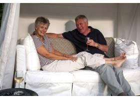 幸福的夫妻坐在沙发上面带微笑_11942657