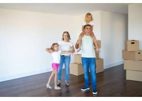 幸福的家庭夫妇和两个孩子看着他们的新公寓_10608421
