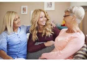 幸福的家庭女性在家中一起聊天_10979436
