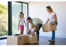幸福的家庭孩子们站在客厅的纸箱旁_10608433