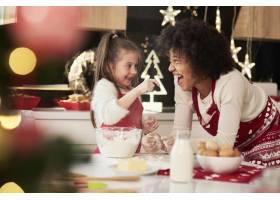 圣诞节母女俩在厨房里尽情享受_11776098