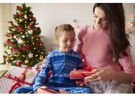 圣诞节的早晨充满了礼物_11728057