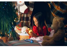 圣诞节节日和童年的概念穿着红色衣服的_10944224