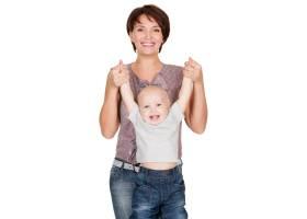 幸福的母亲和微笑的婴儿在白色背景上的肖像_11182276