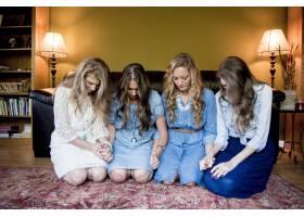 在一个房间里年轻的女孩们紧挨着往下看_11541890