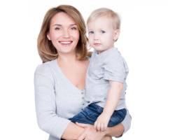 幸福的母亲带着小孩的肖像隔离在白色上_11554624