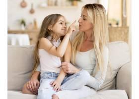 幸福的母女在家里共度时光_10604692