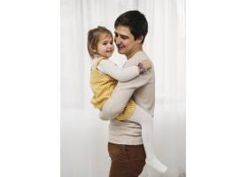 幸福的父亲抱着女儿的侧观_11904728