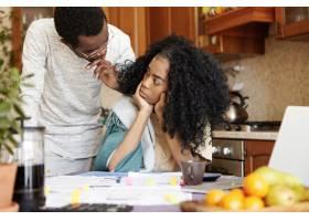 在家里为债务争吵时一位留着非洲发型的愤_9534702