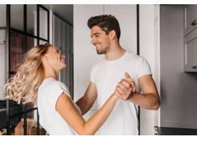 在家里和男人跳舞的金发美女年轻女士与男_12152766