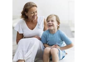 微笑的奶奶和孩子坐在_10849597