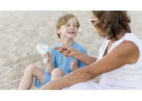 微笑的孩子和奶奶在海滩上_10849685