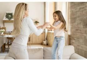 微笑的母亲在家陪女儿玩耍_10604677