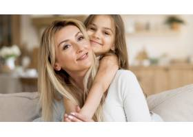微笑的母女俩在家中拥抱_10604658