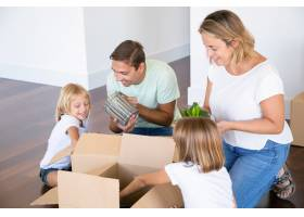 快乐的家庭夫妇和可爱的女孩搬进了新公寓_11072674