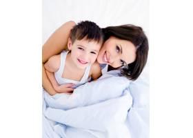 快乐的年轻母亲和她漂亮的儿子_10626198