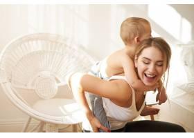 快乐的年轻母亲在室内玩得很开心给她可爱_11193313