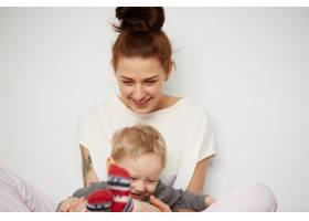 快乐的年轻母亲家里有个小儿子_10323747