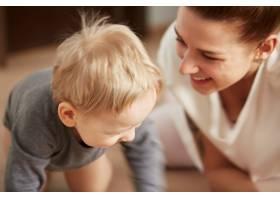 快乐的年轻母亲家里有个小儿子_10323763