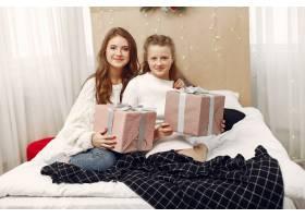 女孩们坐在床上女人们带着礼物美女们正_10703488
