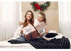 女孩们坐在床上女人们带着礼物美女们正_10703489