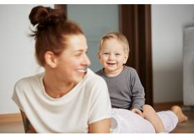 快乐的年轻母亲家里有个小儿子_10323802