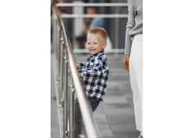 夏日城市里的人们母亲和儿子穿灰色毛衣_11155194