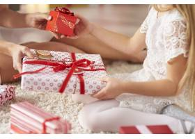 女儿和母亲之间交换礼物_11777924
