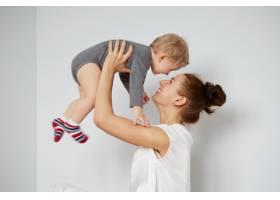 快乐的年轻母亲家里有个小儿子_10323881