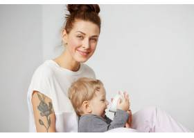 快乐的年轻母亲家里有个小儿子_10323896