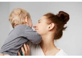 快乐的年轻母亲家里有个小儿子_10323900