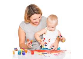 快乐的年轻母亲带着婴儿手绘隔离在白色上_10729949