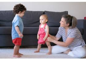 快乐的母亲在家里和小孩子们一起玩耍盘腿_11622870