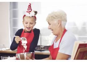 奶奶和女孩一起做饼干_11728105