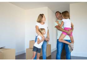 快乐的父母和孩子们喜欢搬进新公寓站在成_10608471