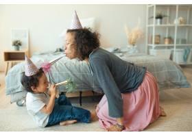 侧面看可爱快乐的小男孩和他年轻的母亲坐在_11554366