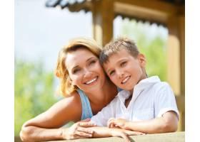 公园里幸福的母子看着摄像机的特写_11182559