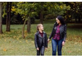 公园里的母女俩_11033810