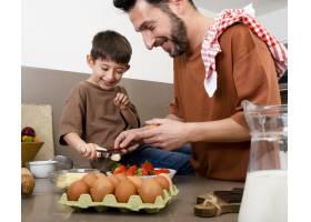关闭父亲和孩子一起做饭的场景_13402827