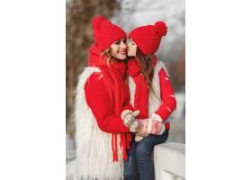 带着冬帽的母亲和孩子在家庭圣诞假期为妈_10883824