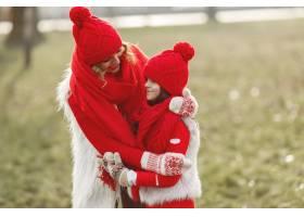带着冬帽的母亲和孩子在家庭圣诞假期为妈_10884441