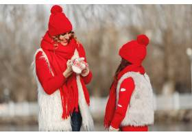 带着冬帽的母亲和孩子在家庭圣诞假期为妈_10884606