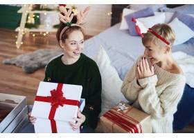 兴奋的女孩打开圣诞礼物_11755810