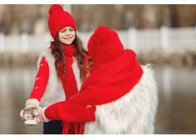 带着冬帽的母亲和孩子在家庭圣诞假期为妈_10884847