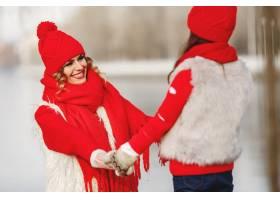 带着冬帽的母亲和孩子在家庭圣诞假期为妈_10884860