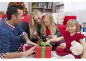 兴奋的姐妹们已经准备好打开圣诞礼物了_10677110