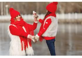 带着冬帽的母亲和孩子在家庭圣诞假期为妈_10884872
