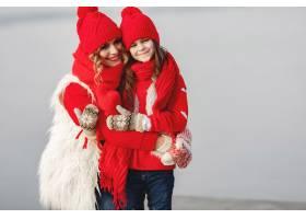 带着冬帽的母亲和孩子在家庭圣诞假期为妈_10884875