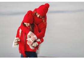 带着冬帽的母亲和孩子在家庭圣诞假期为妈_10884884
